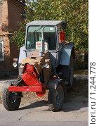 Купить «Трактор», фото № 1244778, снято 20 октября 2009 г. (c) Ольга Лерх Olga Lerkh / Фотобанк Лори