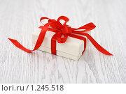 Купить «Подарок», фото № 1245518, снято 26 ноября 2009 г. (c) Дарья Петренко / Фотобанк Лори