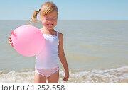 Купить «Маленькая девочка у моря с воздушным шариком», фото № 1252558, снято 20 августа 2009 г. (c) Анатолий Типляшин / Фотобанк Лори