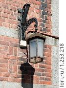 Купить «Старый фонарь на кирпичной стене. Выборг», эксклюзивное фото № 1253218, снято 22 августа 2009 г. (c) Александр Щепин / Фотобанк Лори