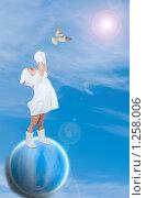 Маленькая девочка на планете тянется к голубю. Стоковое фото, фотограф Ирина Солошенко / Фотобанк Лори