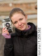 Девушка со старым фотоаппаратом (2009 год). Редакционное фото, фотограф Юдин Владимир / Фотобанк Лори