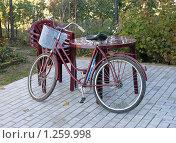 Купить «Пластиковая мебель и старый велосипед», фото № 1259998, снято 10 октября 2009 г. (c) Александр Романов / Фотобанк Лори