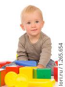 Купить «Мальчик играет с кубиками», фото № 1265654, снято 30 августа 2008 г. (c) Валентин Мосичев / Фотобанк Лори