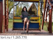 Купить «Девушка катается на деревянных качелях», фото № 1265770, снято 21 октября 2009 г. (c) Иванов Аркадий Николаевич / Фотобанк Лори