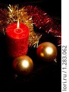 Новогодняя свеча и елочные шары. Стоковое фото, фотограф Наталия Жильцова / Фотобанк Лори