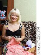 Купить «Молодая улыбающаяся девушка вяжет», эксклюзивное фото № 1283514, снято 12 декабря 2009 г. (c) Мария Зубарева / Фотобанк Лори