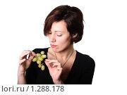 Девушка на диете оценивающе-скептически смотрит на виноград. Стоковое фото, фотограф Владислав Иванов / Фотобанк Лори