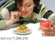Противостояние диеты - пирожное против яблока. Стоковое фото, фотограф Владислав Иванов / Фотобанк Лори