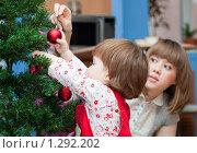 Купить «Мама с дочкой наряжают елку», эксклюзивное фото № 1292202, снято 10 декабря 2009 г. (c) Juliya Shumskaya / Blue Bear Studio / Фотобанк Лори