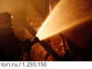 Купить «Силуэт пожарного с  брандспойтом», фото № 1293150, снято 6 декабря 2009 г. (c) Татьяна Белова / Фотобанк Лори