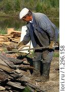 Купить «Рабочий занимается заготовкой дров», фото № 1296158, снято 13 августа 2007 г. (c) Анна Зеленская / Фотобанк Лори