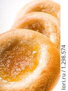 Купить «Свежие булочки с начинкой на белом фоне», фото № 1298574, снято 17 декабря 2009 г. (c) Юлия Сайганова / Фотобанк Лори