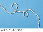 Купить «Белое жемчужное ожерелье на голубом фоне», фото № 1301042, снято 27 октября 2009 г. (c) Лисовская Наталья / Фотобанк Лори