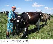 Купить «Доярка с коровой черно-белой масти», фото № 1301710, снято 11 июля 2007 г. (c) Галина  Горбунова / Фотобанк Лори