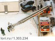 Купить «Пожарная автолестница во дворе дома», фото № 1303234, снято 18 декабря 2009 г. (c) Юлия Сайганова / Фотобанк Лори