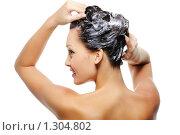 Купить «Девушка моет голову с шампунем», фото № 1304802, снято 29 сентября 2009 г. (c) Валуа Виталий / Фотобанк Лори