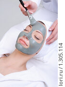Купить «Косметическая процедура с глиняной маской», фото № 1305114, снято 1 мая 2009 г. (c) Валуа Виталий / Фотобанк Лори