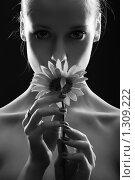 Купить «Девушка с цветком», фото № 1309222, снято 17 марта 2009 г. (c) Serg Zastavkin / Фотобанк Лори