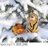Купить «Символы 2009 и 2010 бык и тигр на заснеженной елке», фото № 1309246, снято 11 декабря 2009 г. (c) Галина Хорошман / Фотобанк Лори
