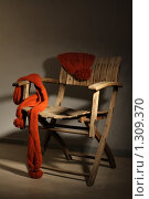 Шапка,шарф лежат на стуле. Стоковое фото, фотограф Яковлева Наталья / Фотобанк Лори