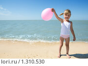 Купить «Маленькая девочка у моря с воздушным шариком», фото № 1310530, снято 20 августа 2009 г. (c) Анатолий Типляшин / Фотобанк Лори