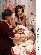 Купить «Стирка пуховика», эксклюзивное фото № 1311454, снято 21 декабря 2009 г. (c) Мария Зубарева / Фотобанк Лори
