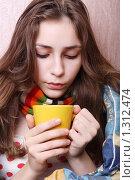 Купить «Девушка дует на горячий напиток. Болеет.», фото № 1312474, снято 20 декабря 2009 г. (c) Ирина Золина / Фотобанк Лори