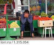 Купить «Продавец овощей», эксклюзивное фото № 1315054, снято 27 июля 2009 г. (c) lana1501 / Фотобанк Лори