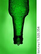 Бутылка пива на зеленом фоне. Стоковое фото, фотограф Суров Антон / Фотобанк Лори