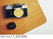 Купить «Долька лимона на старой фотокамере», фото № 1323650, снято 26 декабря 2009 г. (c) Stepanuk Valera / Фотобанк Лори