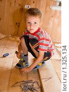 Купить «Мальчик с молотком», фото № 1325134, снято 19 августа 2009 г. (c) Елена Блохина / Фотобанк Лори