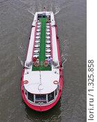 Купить «Теплоход плывет по Москве-реке», эксклюзивное фото № 1325858, снято 4 августа 2008 г. (c) lana1501 / Фотобанк Лори