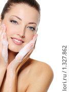 Купить «Девушка умывает лицо с мылом», фото № 1327862, снято 22 сентября 2009 г. (c) Валуа Виталий / Фотобанк Лори