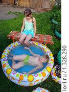 Девочка смотрит на мальчика,  лежащего в бассейне. Стоковое фото, фотограф Александр Тараканов / Фотобанк Лори