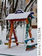 Детская площадка занесенная снегом, качели, Москва (2009 год). Стоковое фото, фотограф Александр Подобедов / Фотобанк Лори