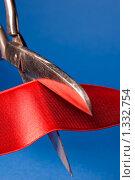 Ножницы, перерезающие красную ленту на синем фоне. Стоковое фото, фотограф Михаил Тимонин / Фотобанк Лори