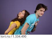 Парень и девушка на лиловом фоне (2009 год). Редакционное фото, фотограф Софья Петрова / Фотобанк Лори