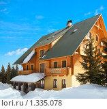 Купить «Деревянный коттедж зимой», фото № 1335078, снято 26 июня 2009 г. (c) Юрий Брыкайло / Фотобанк Лори