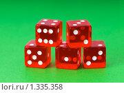 Купить «Красные игральные кости, изолированные на зелёном фоне», фото № 1335358, снято 14 марта 2009 г. (c) Elnur / Фотобанк Лори