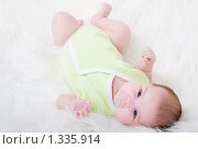 Купить «Грудной ребенок на меховом одеяле», фото № 1335914, снято 5 декабря 2009 г. (c) Анна Игонина / Фотобанк Лори