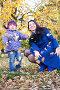 Маленькая девочка с мамой играют в осеннем парке, фото № 1339290, снято 14 октября 2009 г. (c) Vdovina Elena / Фотобанк Лори