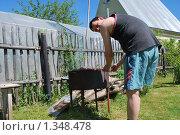 Купить «Мужчина жарит шашлык на даче», фото № 1348478, снято 16 октября 2019 г. (c) Мастепанов Павел / Фотобанк Лори