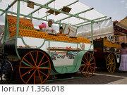 Купить «Продажа сока из марроканских апельсинов, мандаринов и танжеринов в Марракеше на площади Джема-аль-Фна, Марокко», фото № 1356018, снято 12 июня 2009 г. (c) Ярослава Синицына / Фотобанк Лори