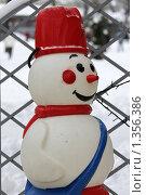 Купить «Снеговик у входа на каток в саду Эрмитаж», фото № 1356386, снято 2 января 2010 г. (c) Яременко Екатерина / Фотобанк Лори