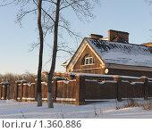 Загородный дом за забором зимой (2010 год). Стоковое фото, фотограф Оксана Sk / Фотобанк Лори