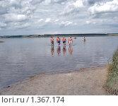 Мужчины возвращаются с купания. Стоковое фото, фотограф Романенко Анастасия Юрьевна / Фотобанк Лори