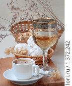 Кофе с зефиром и бокалом белого вина. Стоковое фото, фотограф Марина Володько / Фотобанк Лори