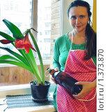 Купить «Женщина поливает из бутылки комнатный цветок», фото № 1373870, снято 14 января 2010 г. (c) Олеся Сарычева / Фотобанк Лори