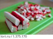 Купить «Крабовые палочки на разделочной доске», фото № 1375170, снято 4 января 2010 г. (c) Анна Лурье / Фотобанк Лори